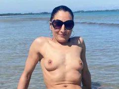 Schöne kleine Titten vollkommen nackt vor der Sexcam